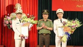 公安部副部長阮文成上將分別向范長江大校(左)和杜文宏大校(右)轉授公安部長簽發的調任《決定》。(圖源:寧家)