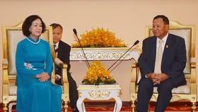 中央民運部長張氏梅(左)在柬埔寨首都金邊同柬埔寨人民黨副主席賽宗舉行會晤。(圖源:VOV)