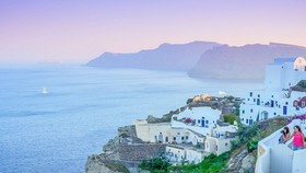 """希臘調查信用卡購房換取""""黃金簽證""""交易。圖為希臘聖托里尼島一瞥。(示意圖源:互聯網)"""
