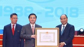 阮春福總理(右)向越南工商商業股份銀行頒授一等勞動勳章。(圖源:越通社)