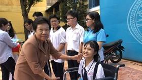 李金梅主席頒發獎助學金給學生。