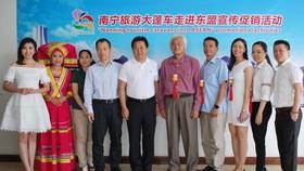 南寧旅遊宣傳促銷團代表與本地旅行社合照留念。