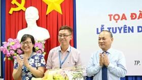 張家權老師(中)獲得模範年輕幹部獎項。