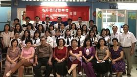 應屆畢業生與校長和老師合影。