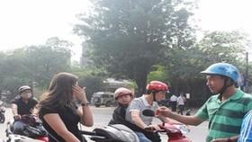 喬裝成平民的交警截停一起違反交規後,出示交警執法證。(圖源:互聯網)