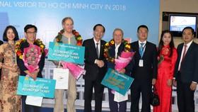 市領導向特別國際遊客贈送禮物。(圖源:越通社)