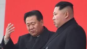 朝鮮二號強人崔龍海遭美制裁。圖為崔龍海和金正恩。(圖源:互聯網)