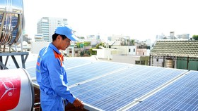 技術人員正為某家庭戶檢查和維修太陽能 電池。