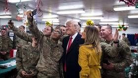特朗普與美國士兵合影留念。(圖源:New York Times)