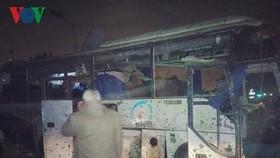 越南遊客大巴遭路邊炸彈襲擊現場。(圖源:VOV)