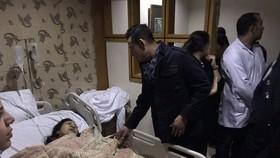 獲送醫院救治的一名傷者。(圖源:AP)