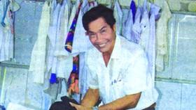 阮先生在自己的免費舊衣服攤內。