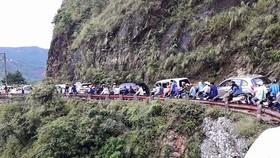 進入母山旅遊區的交通水洩不通延長2至3公里,所有車輛都要減速慢行。(圖源:農高)