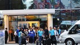 埃及遇襲罹難遊客遺體將於本月5日抵達越南。圖為在埃及遭路邊炸彈襲擊的首批9名遊客團隊已於1日下午抵達胡志明市新山一機場。(圖源:藍青)
