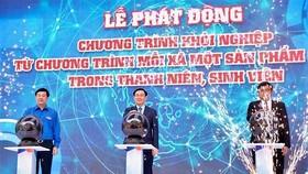 政府副總理王廷惠(中)出席創業儀式並按下啟動按鈕。(圖源:清雄)