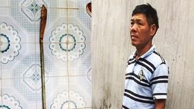 被扣押的嫌犯黃文五與涉案長柄刀。(圖源:寶簪)