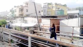 一名年輕女子冒著生命危險待列車駛近時還在鐵軌上玩自拍。