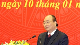 政府總理阮春福在會議上發表講話。(圖源:潘清)