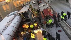 救護隊趕抵現場把傷者移離現場送去救治。(圖源:互聯網)