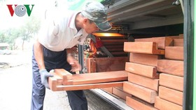 被查獲的走私成品木材。(圖源:VOV)