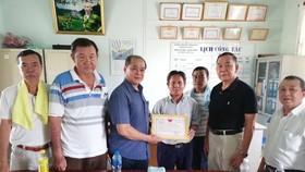 正富和社會輔助中心經理阮文勇(中右)向代表團眾人致送感謝書。
