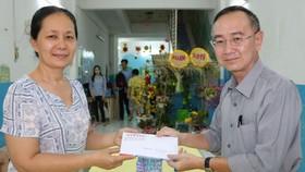 本報編委兼編輯部主任范興(右)代表報社將廣大讀者長期樂捐的善款4000萬元,轉贈給校方做教學活動經費。