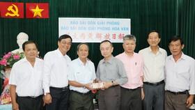 本報編委兼編輯部主任范興(中)接受王永勝理事長(左三)的捐款。