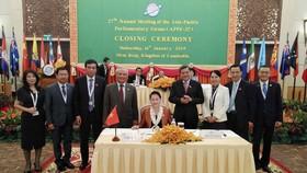 國會主席阮氏金銀(中)簽署2019年暹粒聯合聲明。(圖源:越通社)