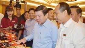 市人委會主席阮成鋒參觀本市企業的產品展。(圖源:明雲)