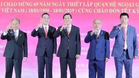 吳總領事(左二)與本市領導為兩國建交 69週年舉杯祝賀。