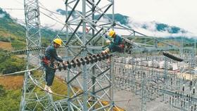 電力技術人員在架設輸電線路。