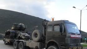 """這是1月14日在土耳其東南部邊境地區哈塔伊省拍攝的軍車。土耳其總統埃爾多安15日說,土美總統就土耳其在敘利亞建立""""安全區""""達成諒解。同一天,敘利亞外交部發表聲明,抨擊埃爾多安關於在敘邊境建立""""安全區""""的言論,稱其""""對敘利亞使用佔領和侵略的語言""""。(圖源:新華社)"""