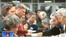 拿不到工資的政府僱員排隊領取免費餐。(圖源:CCTV視頻截圖)