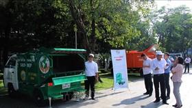 市資源與環境廳向民眾推介生活固體廢棄物就地分類處理的收集工具。(圖源:越通社)