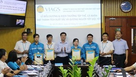 新山一VIAGS公司向拾金不昧的幹部、人員舉行表彰與獎勵儀式。(圖源:明玉)
