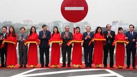 政府總理阮春福(右八)出席剪綵儀式。(圖源:俊馮)