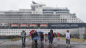 Celebrity Constellation高級郵輪的乘客抵港後上岸觀光遊覽。(圖源:英科)