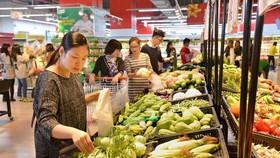 消費者在超市選購蔬菜。(圖源:互聯網)
