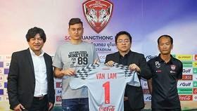 鄧文林在新聞發佈會上展現了自己在泰國蒙通聯的1號球衣。