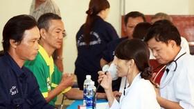 """勞工參加由第六郡勞動聯團開展的""""關照 健康,施醫贈藥""""活動。"""