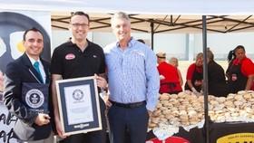 澳大利亞昆士蘭一間食品公司打破了製作最多早餐卷的吉尼斯世界紀錄。(圖源:互聯網)