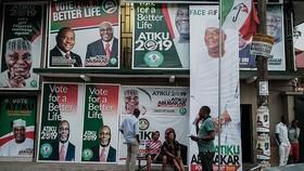 尼日利亞人民民主黨總統候選人阿蒂庫·阿布巴卡爾的支持者坐在一地方競選辦公室前。(圖源:互聯網)