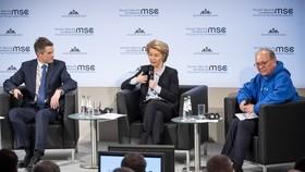 英國防大臣威廉姆森(左)、德國防部長馮德萊恩(中)出席開幕討論會。(圖源:MSC)