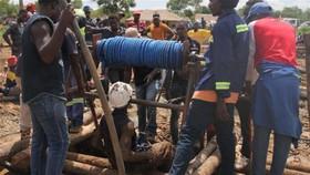 2月15日,在津巴布韋西馬紹納蘭省,救援人員在一座被洪水淹沒的金礦展開營救。(圖源:互聯網)
