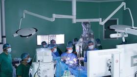 醫護團隊利用機器人輔助進行腦瘤割除手術。(圖源:醫院提供)