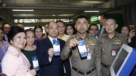 泰移民局長向媒體演示電子落地簽證系統的使用方法。(圖源:互聯網)