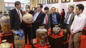 越南祖國陣線中央委員會主席陳清敏(左三)參觀八長陶瓷特品陳列室。(圖源:秋霞)