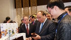阮春福總理參觀中部各省 旅遊產品。(圖源:VOV)