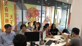 眾多家長陪同子女前往 ManEdu 國際華語學校報名就讀。