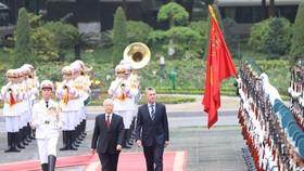 黨中央總書記、國家主席阮富仲主持歡迎阿根廷總統儀式。(圖源:仲海)
